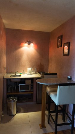 Lirolay Suites: kitchenette