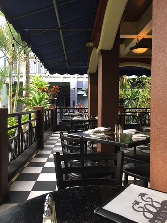 808 Bistro: Cozy seating under roof with open air
