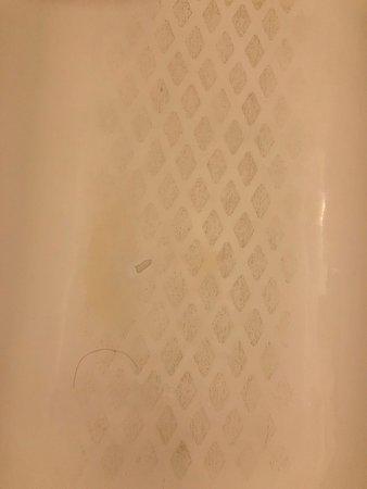 Kimpton Sir Francis Drake Hotel: Shower tub floor blacker than night
