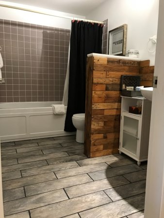 ‪إفرجرين بيد آند بريكفاست: wood work in the Serenity room bathroom was last year, this year we added the tile‬