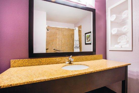 La Quinta Inn & Suites Russellville: Guest room