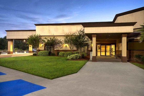 Hotel Entrance - Picture of Cottonwood Suites Savannah Hotel & Conference Center, Pooler ...