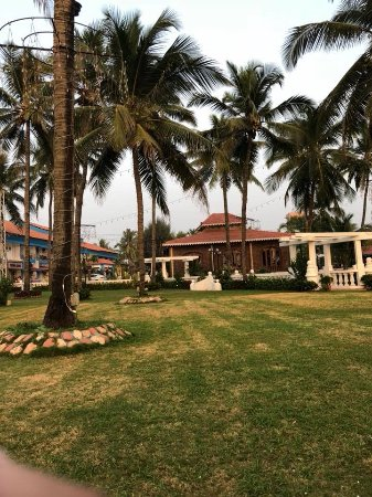 Hotel Goan Heritage: The red roof buildings are rooms and this is pic of the lawn that leads to beach