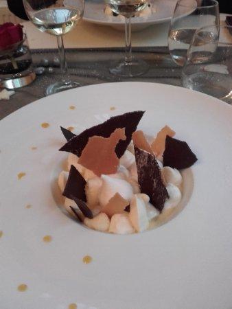 Siorac-en-Perigord, France: Millefeuille déstructuré : ananas frais, tuile chocolat, crémeux exotique et crème diplomate à l