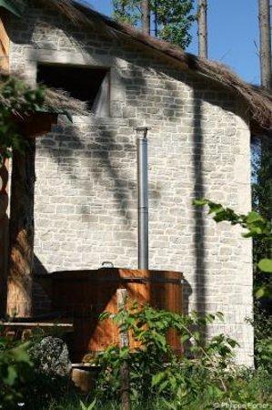 Saint-Gervais-d Auvergne, فرنسا: La bain nordique bien-être dans une eau à 38 à 40° chauffée au bois