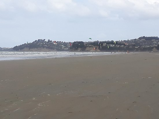 Waves Motel: Orewa Beach a stones throw away