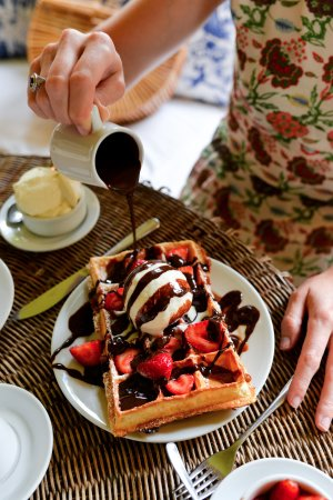 Hotel L'Auberge: Tea time with Belgian waffles (photo credit @stacieflinner)