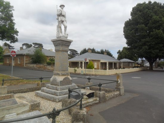 Ross, Australia: Statue in memory of soldiers who died.