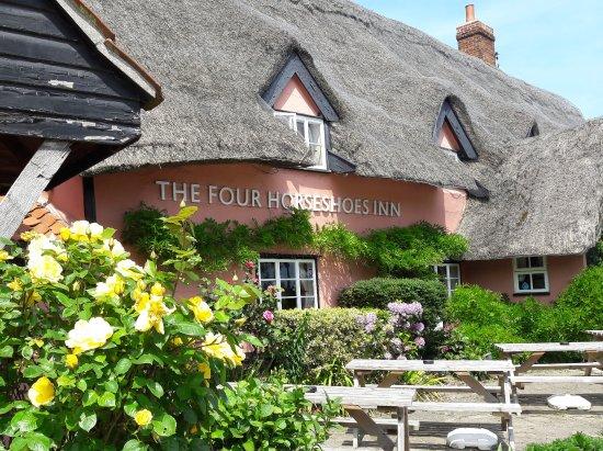 Thornham Magna, UK: Traditional Suffolk pink thatched pub