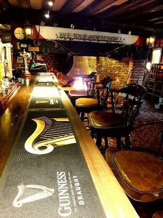 Thornham Magna, UK: Cosy, well stocked bar!
