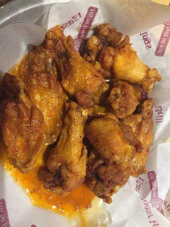 Mocksville, Carolina del Norte: Medium Buffalo wings, ordered crispy.