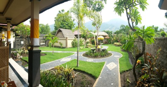 Taruna Homestay: Garden and hill view from sweet room