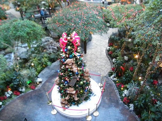 Sam's Town Hotel & Gambling Hall: Atrium falls area at the holidays