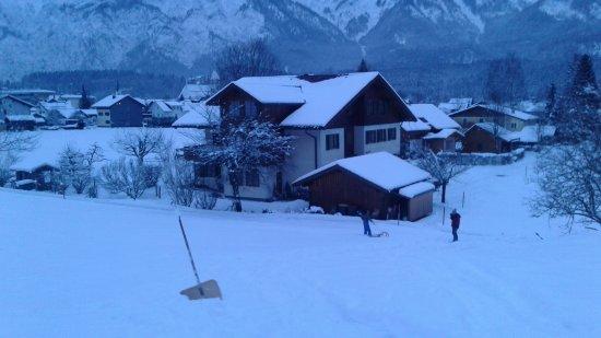 Bad Goisern, Austria: ถ่ายจากบนภูเขาหลังบ้านพัก