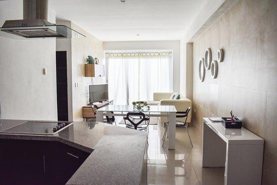 Barcelona Tower by Koox Luxury Collection: Sala y cocina