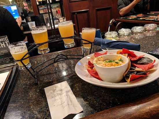 Clark, Nueva Jersey: Flight of craft beers with Buffalo Bacon Chicken Dip Amazing!