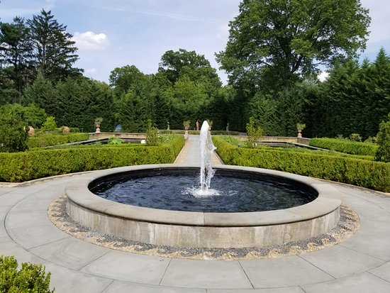 Snug Harbor Cultural Center : Fountain in the Tuscan garden