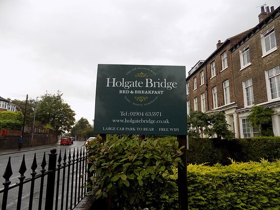 Holgate Bridge Hotel: Sign out front.