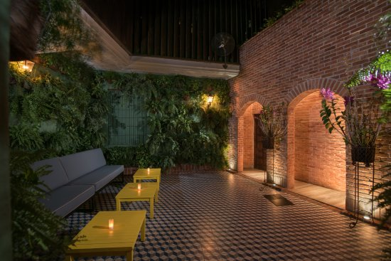 Don Nestor Parrillada Colonial Zone: PATIO   SPANISH COURTYARD