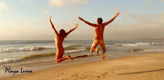 Puchuncavi, Cile: Naturistas disfrutan alegres de la libertad.