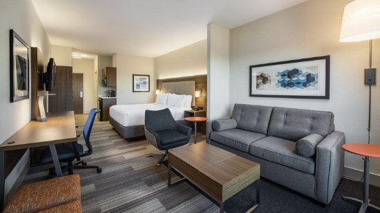 Holiday Inn Express Suites Airdrie : Guest room