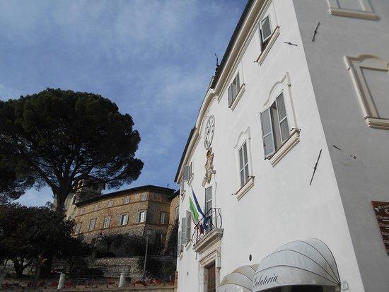 Piazza San Francesco: comune, palazzo Canova, San Gemini