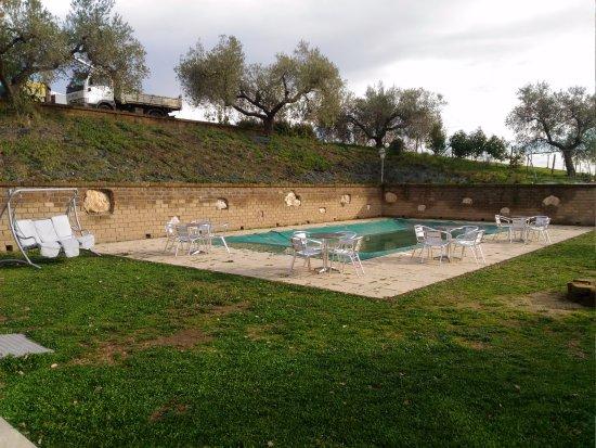 Morlupo, Italia: La piscina che aspetta il bel tempo