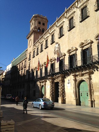 Ayuntamiento de Alicante: Town hall opposite plaza