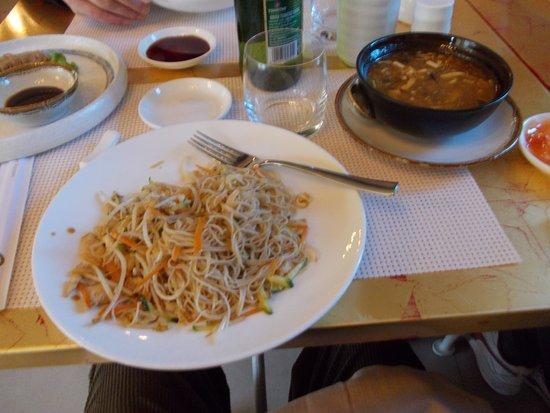Borgo Ticino, Italia: Spaghetti di soia, zuppa agro piccante, salse e birra cinese