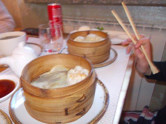 Borgo Ticino, Italia: Ravioli al vapore e dietro pane cinese