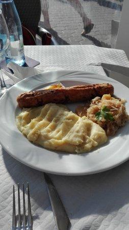 Salchicha blanca, con chucrut y puré de patatas.