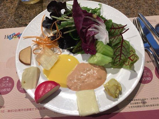 起士都很不錯,生菜只有小黃瓜好吃,其他有點苦有點普通