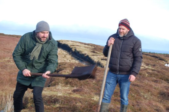 Belderrig, Ирландия: Dr Mac Ionmaire (left) & Declan Caulfield cutting turf as part of the experience