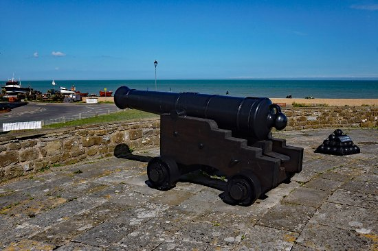 Deal Castle: A replica 32 pounder is aimed toward the town.