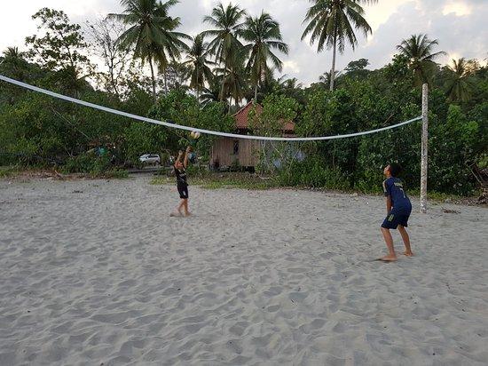Krui, Indonesia: Bola voli pantai