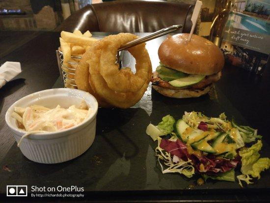 Allensford, UK: Excellent chicken and avocado burger