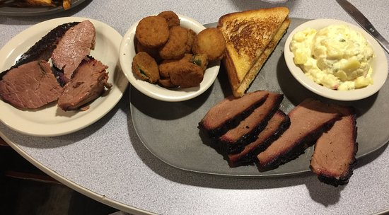Tioga, เท็กซัส: Sliced Brisket and Burnt Ends