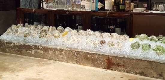 Street and Co.: Fresh oysters at the bar