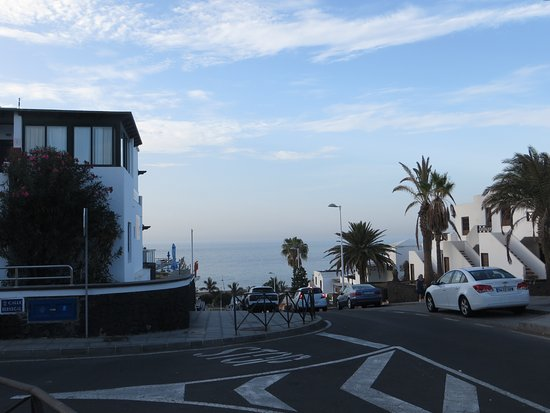 Apartamentos Jable Bermudas: The beach from around the corner of the hotel
