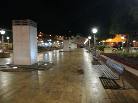 Plaza de las Cuatro Culturas: Plaza y muralla.