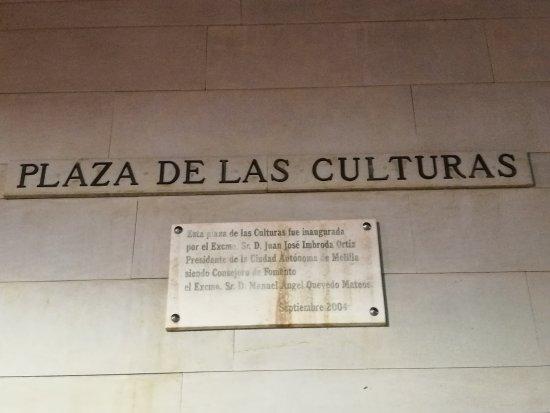 Plaza de las Cuatro Culturas: Rotulo de la plaza.
