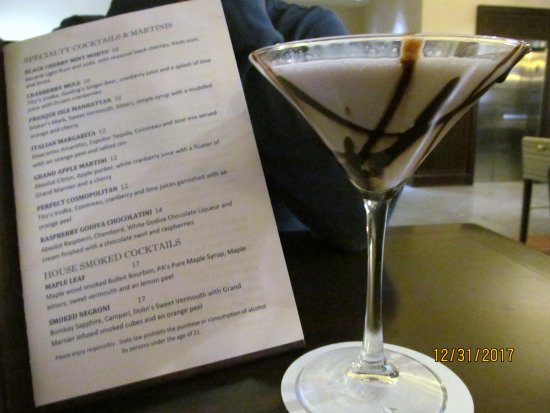 Sheraton Erie Bayfront Hotel: Drink menu and tasty adult beverage at the bar.