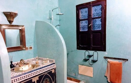 Riad Abaca Badra: Beautifully tiled bathroom