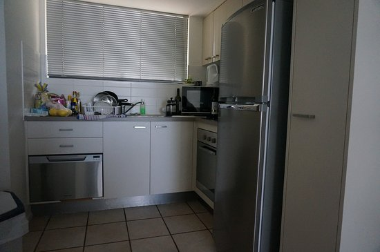 Coolum Beach, Australia: Good kitchen facilities - cooktop and oven - lots of utensils for a cook