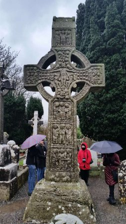 Navan, Irlanda: Celtic cross in grave story with the story of faith engraved into it's side.