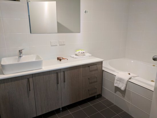 Bath and sink - Picture of The Aberdeen Motel, Dubbo - TripAdvisor