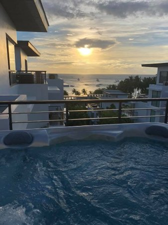 Discovery Shores Boracay: 1 bedroom premier suite with jacuzzi on roof top