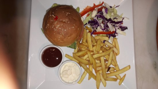 Dhahran, Arab Saudi: Very Delicious and King Size Burger Meal
