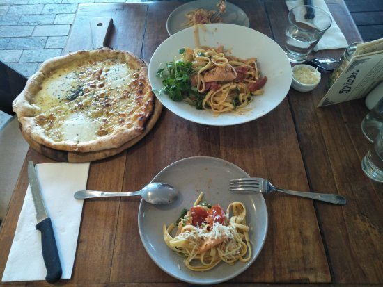 Lennox Head, Australia: Mozarella bread, seafood pasta