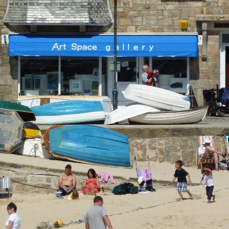 St. Ives, UK: Gallery front with harbour beach